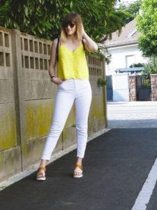 Look top jaune & jean blanc - Autour de Marine